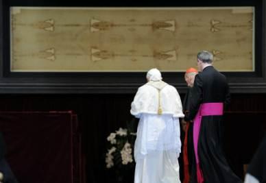 Benedetto XVI in adorazione dinanzi alla Sindone (Foto Ansa)