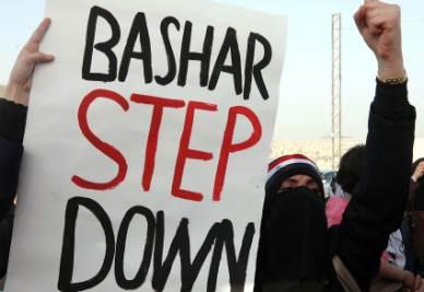Una manifestante contro il regime di Assad (Ansa)