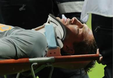 Marteen Stekelenburg esce in barella dopo lo scontro con Lucio (Foto Ansa)