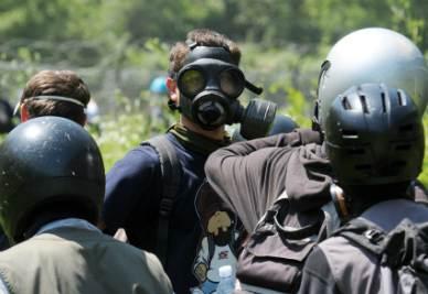 Alcuni giovani si preparano allo scontro con le forze dell'ordine in Val di Susa (Foto Ansa)