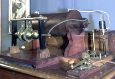 Una riproduzione del primo apparecchio trasmittente con antenna usato da Guglielmo Marconi (Foto Ansa)