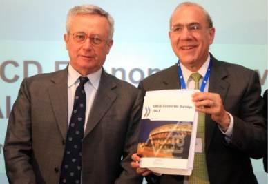 Giulio Tremonti e José Angel Gurria, Segretario generale dell'Ocse, alla presentazione del Rapporto 2011 sull'Italia (Foto Ansa)