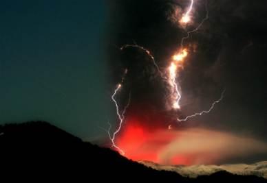 Un'immagine spettacolare dell'eruzione del vulcano cileno Cordon Gaulle-Puyehue (Foto Ansa)