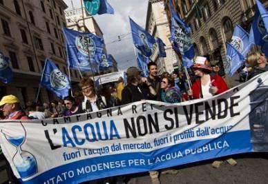 Una manifestazione per l'acqua pubblica (Ansa)