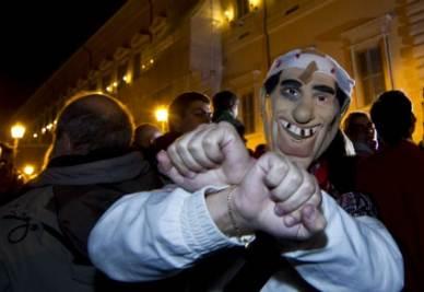 Festa in piazza dopo le dimissioni di Berlusconi (Ansa)