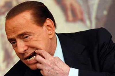Berlusconi mostra il dente mancante, foto Ansa