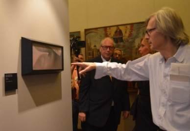 Sgarbi inaugura la mostra di Gino De Dominicis (Foto: Ansa)