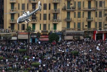 Le proteste in una piazza del Cairo (Ansa)