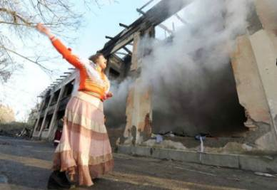 Il campo rom incendiato, foto Ansa