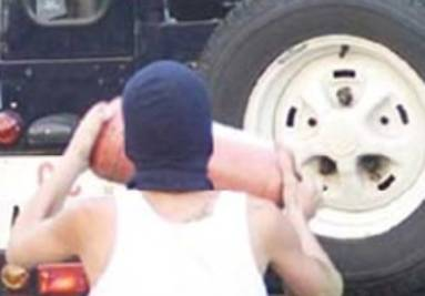 Carlo Giuliani mentre attacca la camionetta dei carabinieri