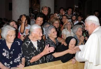 Il Papa incontra un gruppo di centenarie in Sardegna