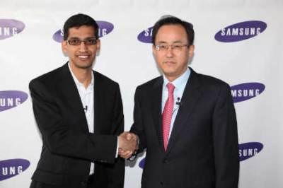 Il vicepresidente di Google Sundar Pichai e il presidente di Samsung SP Kim (Ansa)