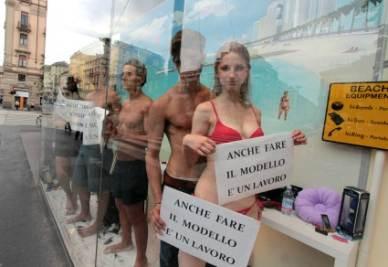 I modelli in vetrina (Foto Ansa)