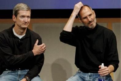 Tim Cook e Steve Jobs, foto Ansa