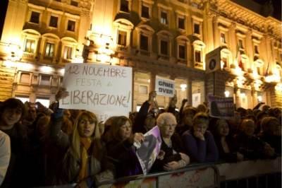 DIMISSIONI BERLUSCONI/ Di Pietro e il gesto dell'ombrello: gestacci e insulti di fine legislatura (video)