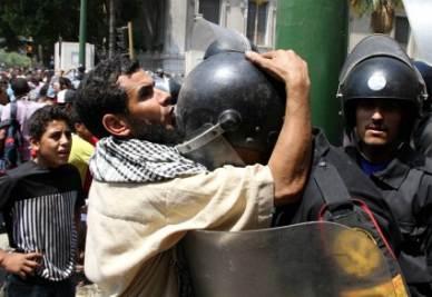 Durante gli scontri in piazza Tharir il 29 giugno (Ansa)
