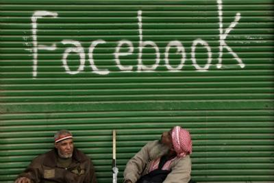 Una immagine simbolo della rivoluzione Facebook in Egitto, foto Ansa