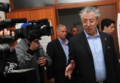 Umberto Bossi al voto (Foto Ansa)