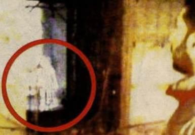 La foto della bambina fantasma al museo di Napoli