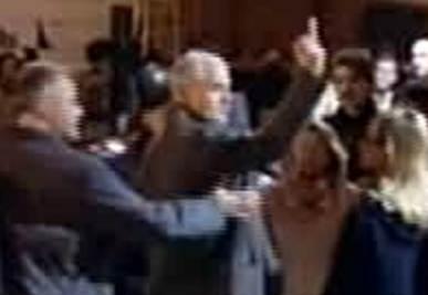 DIMISSIONI BERLUSCONI/ Formigoni e il dito medio ai contestatori (video)