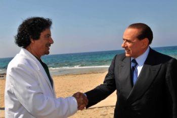 Gheddafi in un incontro con Silvio Berlusconi, foto Ansa