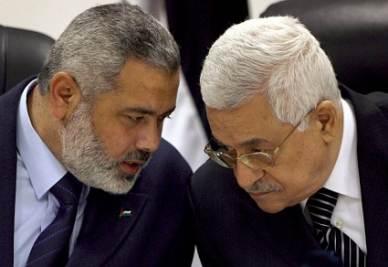 Il leader di Hamas I. Haniyeh con il presidente M. Abbas (Ansa)