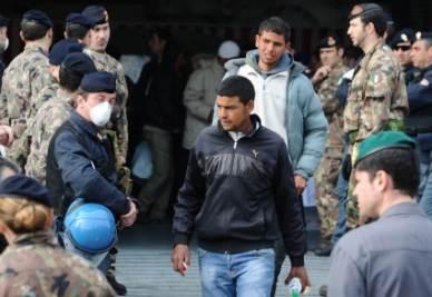Immigrati vengono spostati in altre località (Ansa)