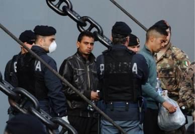 Immigrati vengono fatti sbarcare a Napoli (Ansa)