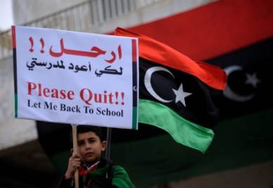 Un bambino in Libia protesta contro la guerra (Ansa)