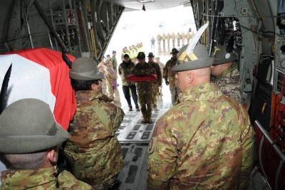 La salma di Massimo Ranzani lascia l'Afghanistan - Foto Ansa