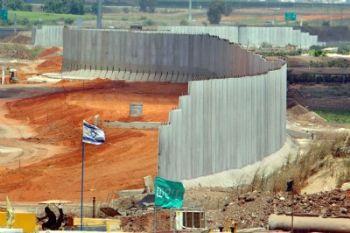La costruzione del muro che divide Israele dai territori palestinesi, foto Ansa