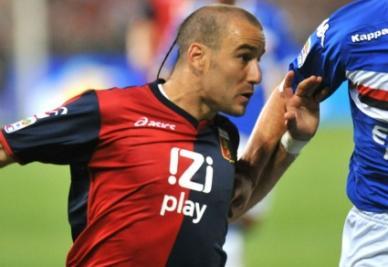 L'attaccante genoano Palacio (foto ANSA)