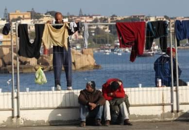 Profughi a Lampedusa, foto Ansa