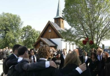 I ragazzi norvegesi al funerale dei loro amici (Foto: ANSA)