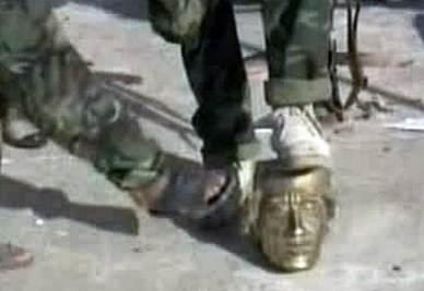 La testa mozzata della statua di Gheddafi (Ansa)