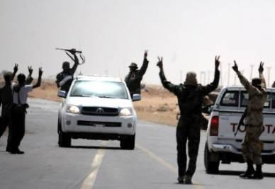 Ribelli libici che esultano (Foto Ansa)