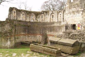 Rovine medievali con sepolcri in pietra