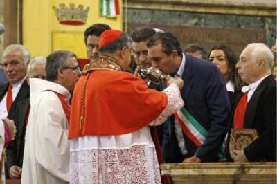 Il sindaco di Napoli bacia l'ampolla con il sangue di San Gennaro, foto Ansa