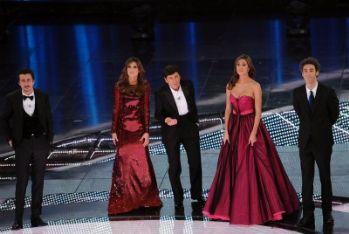 SANREMO 2011/ Belli i duetti Tatangelo-Errore e Van De Sfroos-Fornaciari. Bravissimo Raphael Gualazzi. Peccato per gli sketch-promozione con De Niro