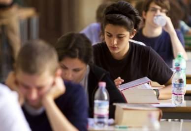 Studenti durante l'esame (Ansa)