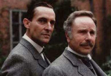 A destra, l'attore Edward Hardwicke insieme a Sherlock Holmes