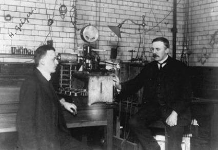 E. Rutherford e H. Geiger nel laboratorio della Victoria University di Manchester, dove svilupparono, a partire dal 1907, il metodo per rilevare le singole particelle emesse dagli atomi radioattivi (www.teara.govt.nz/en)