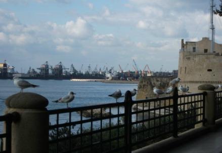 Il golfo di Taranto con lo sfondo del petrolchimico