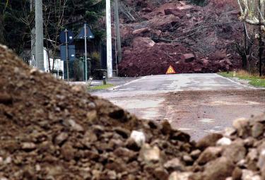 Una strada bloccata da una frana (Foto Imagoeconomica)