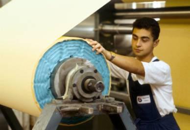 Un giovane apprendista nel settore tessile (Foto Imagoeconomica)