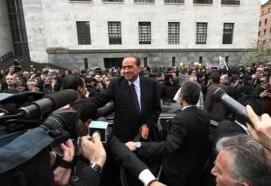 Silvio Berlusconi fuori dal Tribunale di Milano (Imagoeconomica)