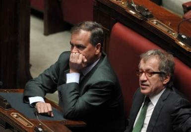 Calderoli e Maroni sui banchi della Lega alla Camera (Imagoeconomica)