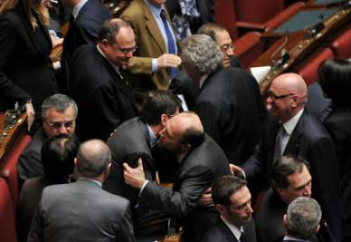 Alfonso Papa abbraccia Nicola Cosentino (Imagoeconomica)