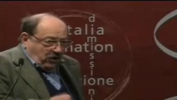 Un momento dell'intervento di Umberto Eco