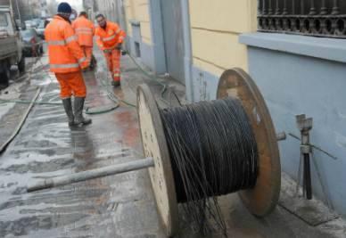 I lavori per l'installazione della fibra ottica (Foto Imagoeconomica)